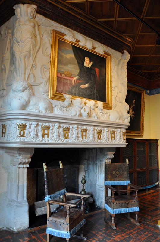 Камина в спальне Дианы де Пуатье и порттрет Екатерина Медичи