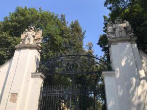 Отреставрированные ворота дворца Потоцких